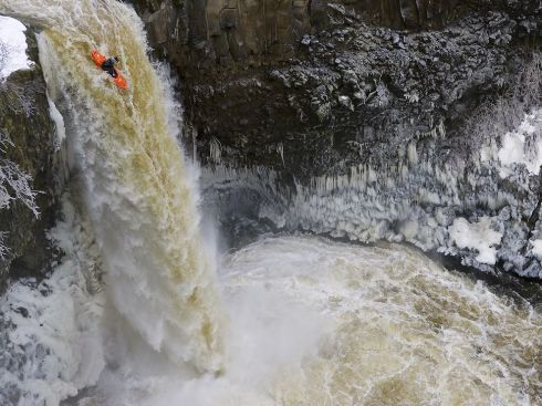 outlet-falls-kayaker_52776_990x742